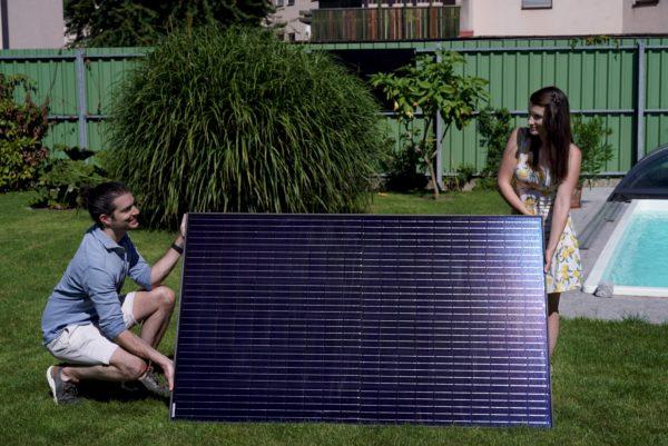 LightMate G von Vorne im Garten in einem 60 Grad Winkel aufgestellt.