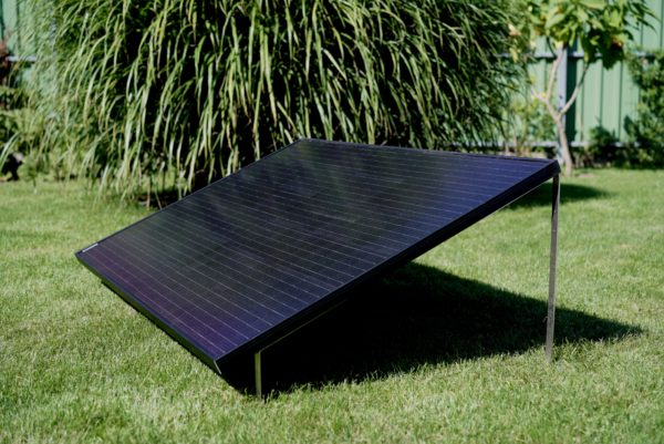 LightMate G , das Solar-Upgrade für den Pool, im Garten in einem 45 Grad Winkel aufgestellt