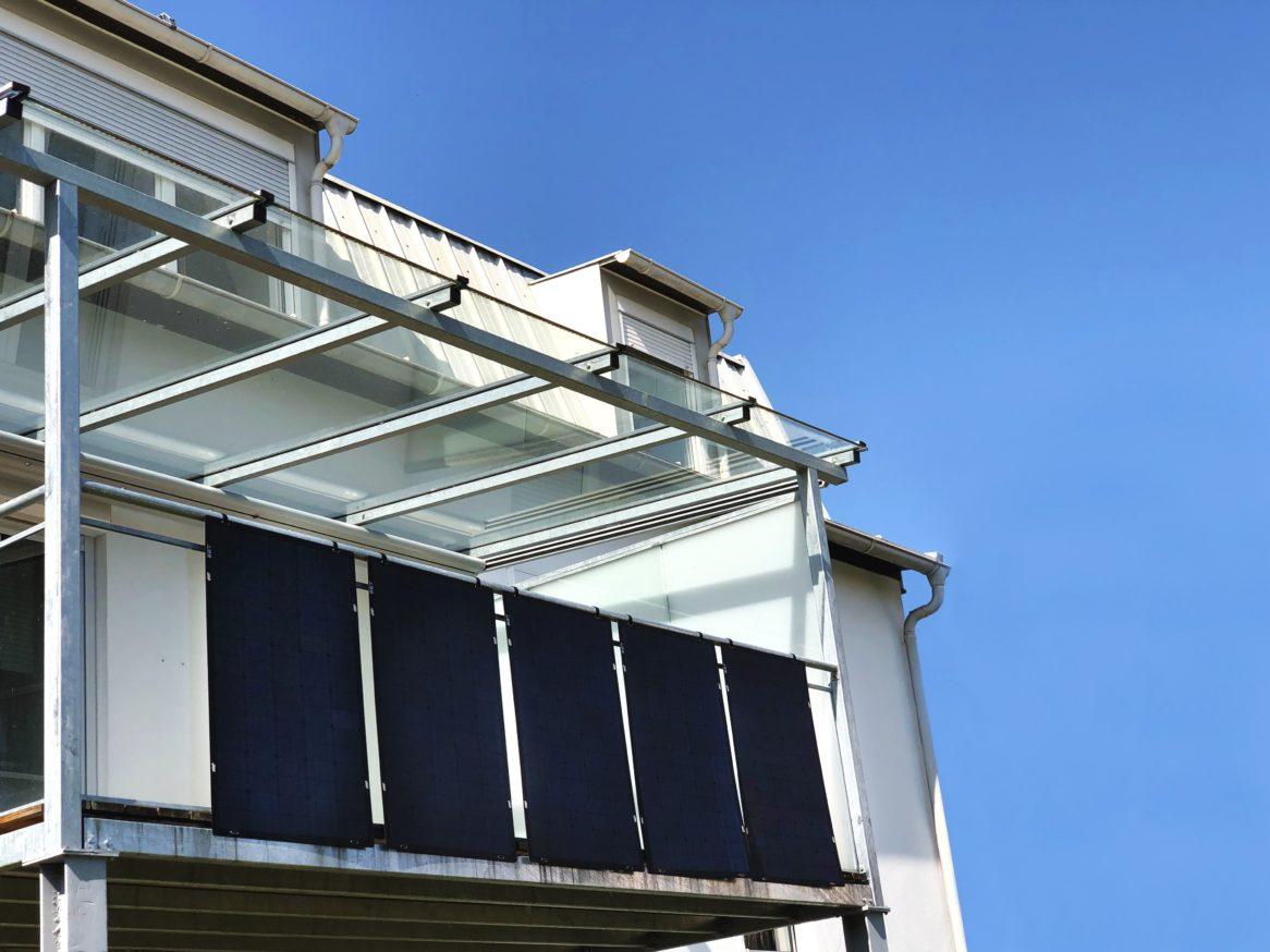 Fünf Flexmodule für den Balkon für den Plug- in Photovoltaik- und Speichersystem SolMate.