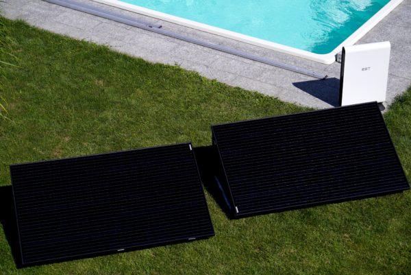 Der Photovoltaikspeicher SolMate mit zwei stabilen Standardpanelen für den Garten
