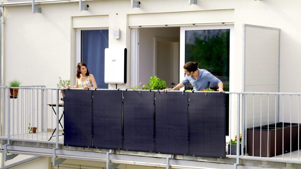 Solaranlage bestehend aus 5 leichten, flexiblen Paneelen und einem smarten Stromspeicher für den Balkon. Balkonkraftwerk von EET