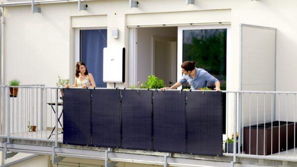 Solaranlage bestehend aus 5 leichten, flexiblen Paneelen und einem smarten Stromspeicher für den Balkon.