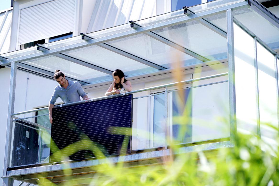 Die steckerfertige Photovoltaikanlage LightMate mit dem Standardpanel auf dem Balkon