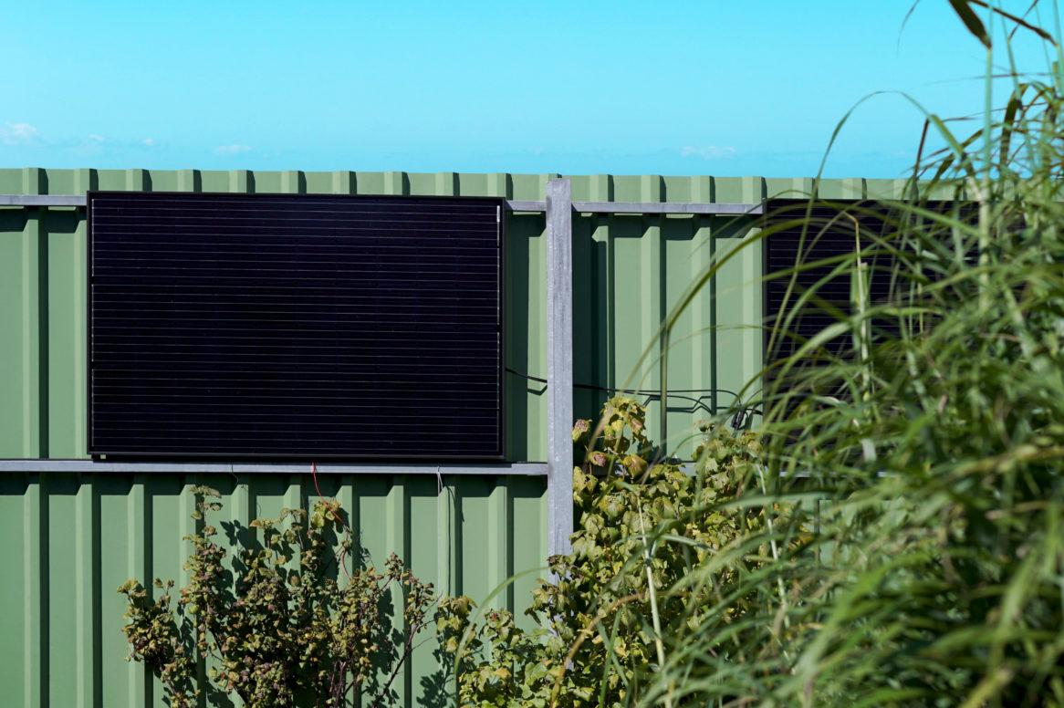 Il sistema fotovoltaico per la presa appeso al muro