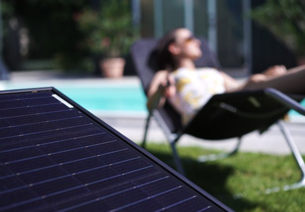 Photovoltaikmodul mit Pool im Hintergrund Förderung für Balkonkraftwerke
